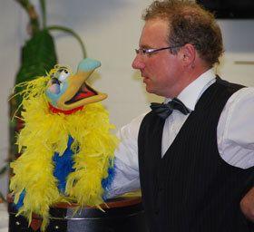 Der Künstler bei der Firma Introbest als Bauchredner und Zauberer in Stuttgart